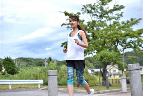 スタイルのいい女性がジョギング