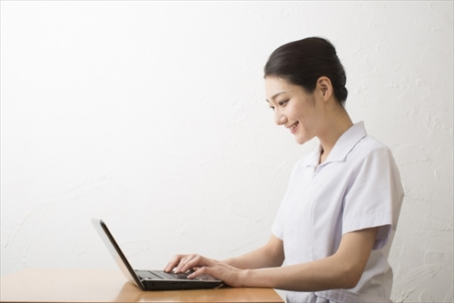 成分をチェックする女性看護師
