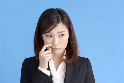 界面活性剤とどう付き合うか、心配する女性