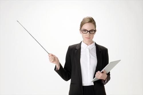 サイズのポイントについて解説する女性講師