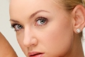 三白眼の美人の女性