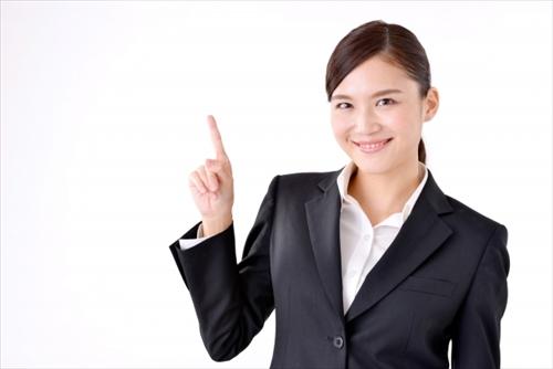 オススメの方をアドバイスするスーツ姿の女性