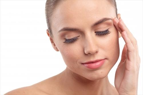 リフトアップ美顔器の効果を実感する外国人女性