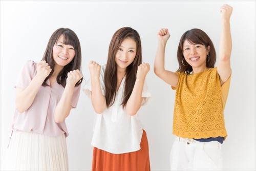 口コミで盛り上がる3人の女性たち