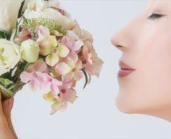 香りにうっとりする美肌の女性のイメージ