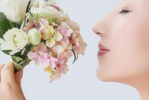 ラクシュミーの香りにうっとりする美肌の女性のイメージ