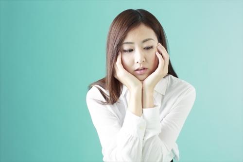 処理後の肌への影響を気にする女の人