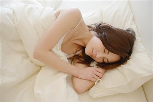 睡眠している女の人