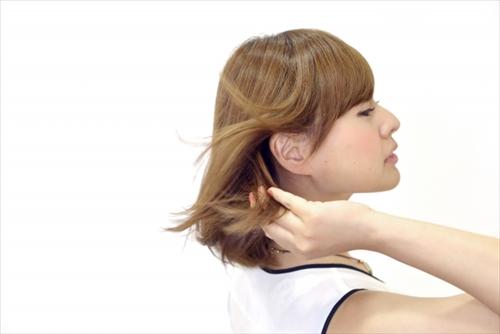 髪をなびかせる女の人