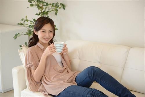 快糖茶の飲み方を考える女の人