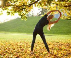 オーガニックな場所で運動をしてる外国人女性