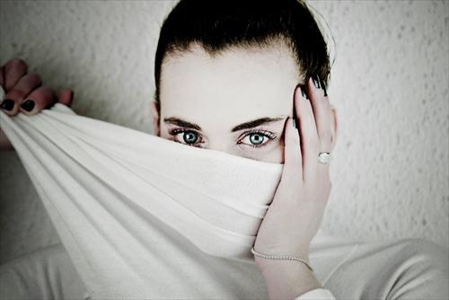 白髪を気にする肌がキレイな女性