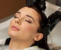 美巣シャンプーで髪を洗う女性