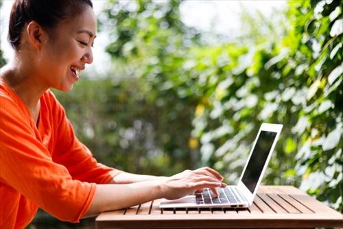 パソコンでネット通販を楽しむ女性