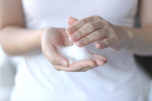 洗顔の泡と手