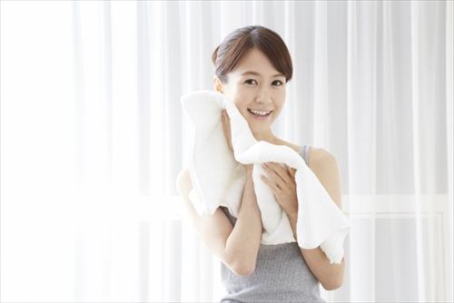 洗顔をしてスッキリする女性