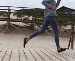 脚のキレイな女の人が走る
