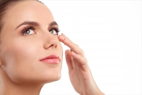 肌への効果を実感する女性
