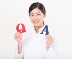 質問について答える看護師