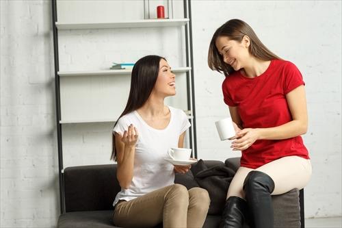 口コミをする女性たち