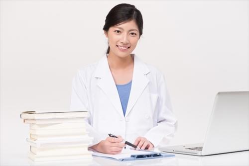 成分について説明する女性医師