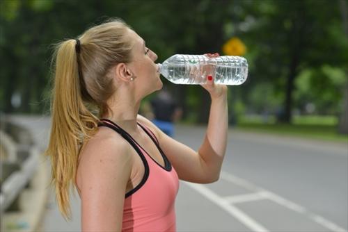 休憩で水を飲む外国人女性