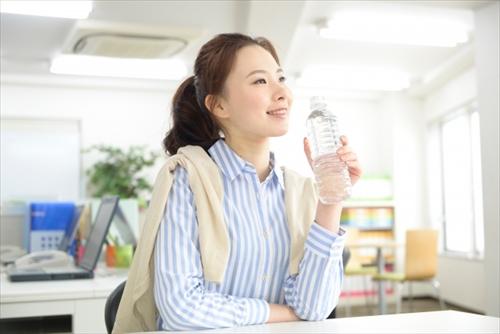 ポルクを飲んで笑顔の女性