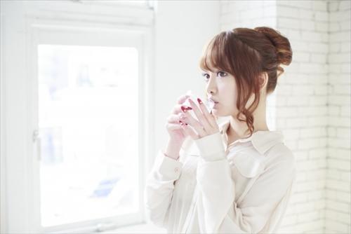 天使のベビーコラーゲンを飲んでる女性