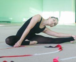 柔軟体操をする女性