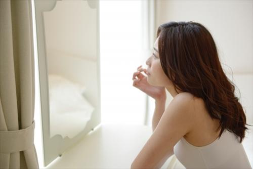 洗顔料に迷う女の人