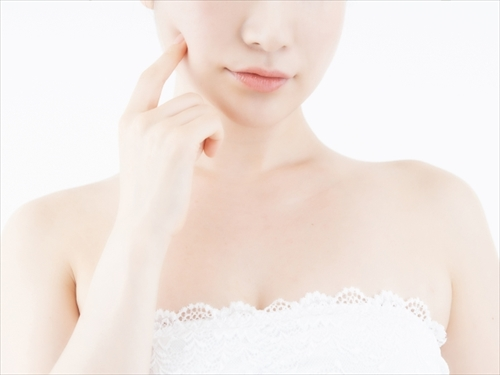 肌の感触を確かめる女の人