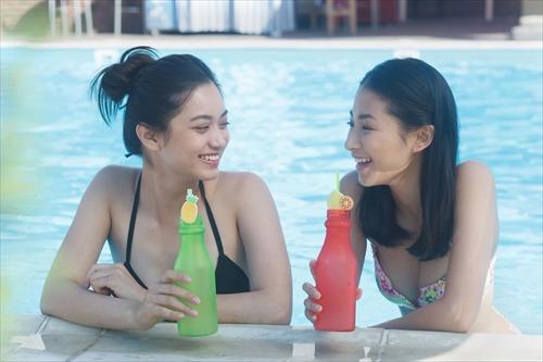 プールサイドでおしゃべりをする女子たち