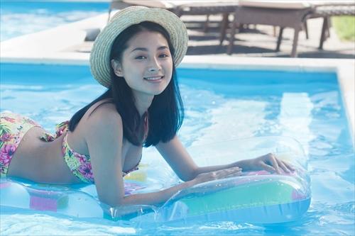 プールで遊ぶ女子